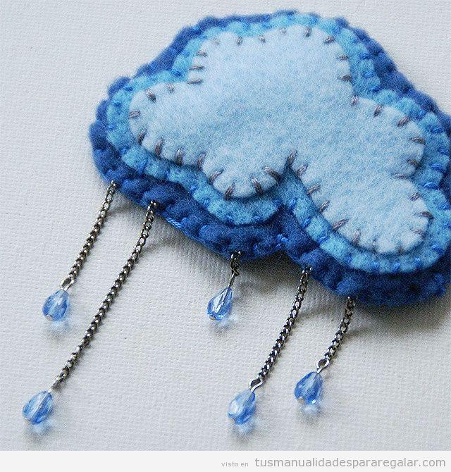 Precioso broche de fieltro con forma de nube y con gotas de lluvia