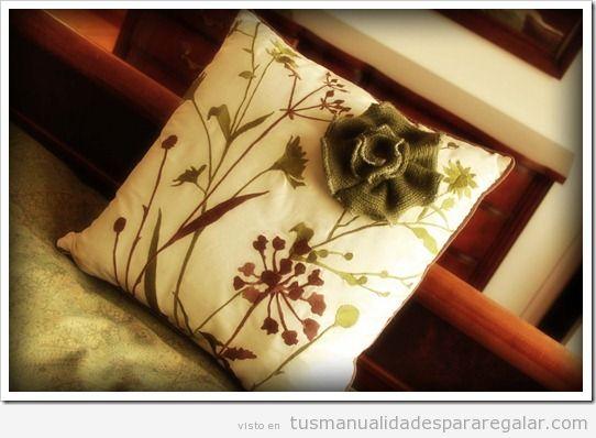 Manualidades regalar, cojín decorado con una flor de tela de jersey viejo