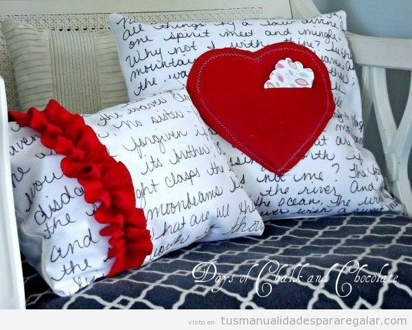 Manualidades regalar novia o madre, cojín decorado en rojo