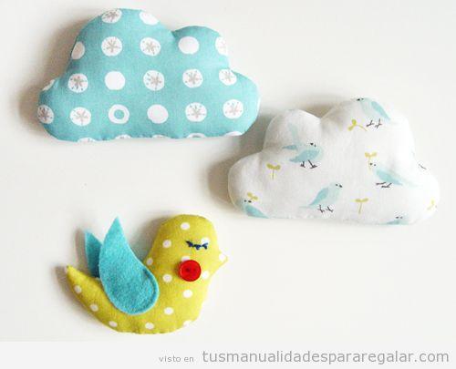 Pájaro y nubes en fieltro para regalar a una chica o niño
