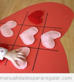Manualidades para niños en San Valetín, 3 en raya con corazones de fieltro