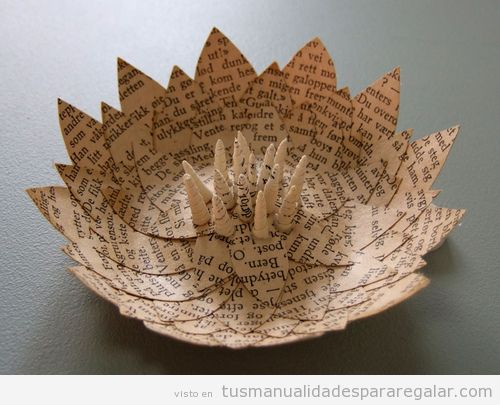 Origami con forma de nenúfar hecho con papel de libro