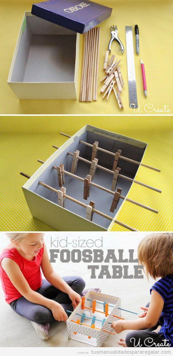 Tutorial manualidades regalar niños, futbolín caja de cartón y pinzas