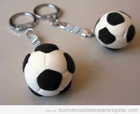 Llavero balón fútbol arcilla polimérica