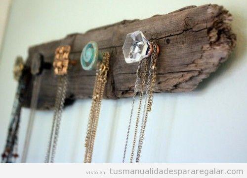 Colgador hecho de madera y tiradores, manualidades para vender y regalar