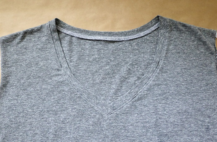 Cómo hacer camiseta cuello V paso 11