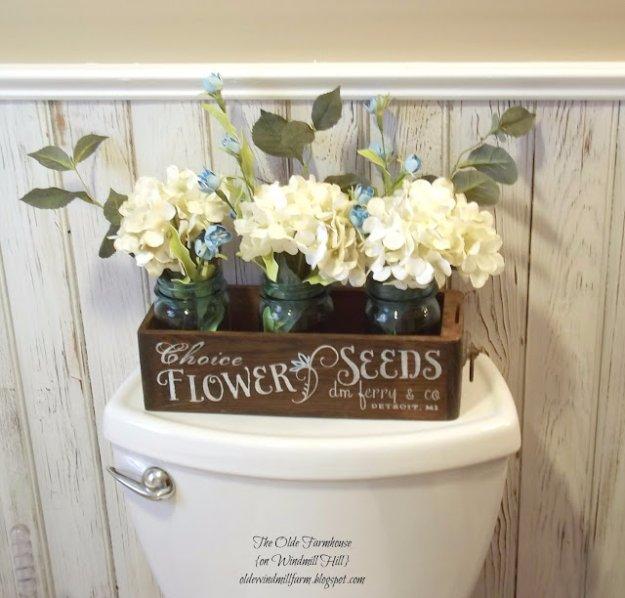 Caja de madera con flores para decorar el baño
