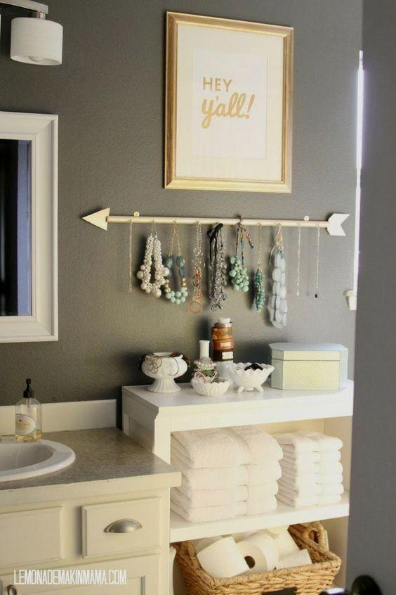 Flecha para colgar collares en el baño